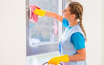 lavage des fenêtres par une femme de ménage
