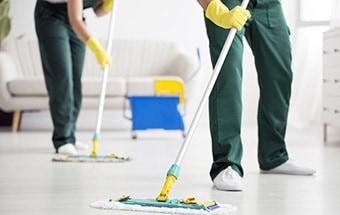 nettoyage du sol par des aides ménagères